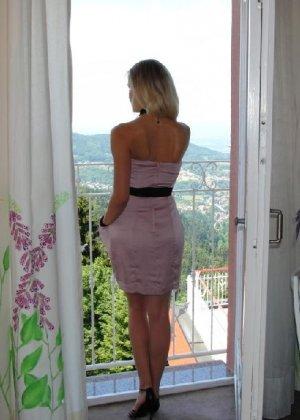 Милая блондинка знает, какую позу надо принять, чтобы выглядеть сексуально и возбудить мужчину - фото 29
