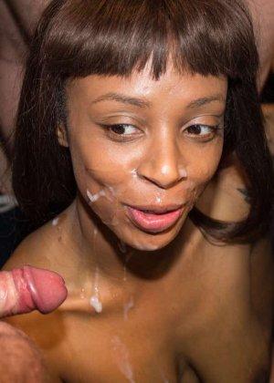 Лола Мари доводит нескольких мужчин до оргазма и разрешает обкончать всё свое лицо густой спермой - фото 14