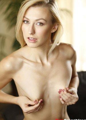 Красивая телочка получает офигенный хер в ее сладкую щелку после орала - фото 2