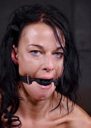 Брюнетку связывают в немыслимых позах, поэтому при виде ее хочется только одного – жестко оттрахать ее во все дырки - фото 6