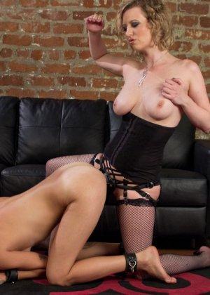 Опытная шлюшка показывает своей подружке, как можно стать настоящей профессионалкой в сексе - фото 16