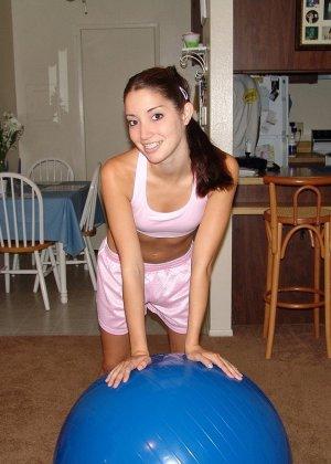 Девушка не только любит поиграть с мячиком, но и также приласкать свою горячую киску, требующую внимания - фото 1