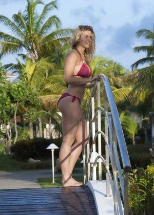 Озабоченный сосед наблюдает за соблазнительной Геммой Аткинсон в то время, когда она расслабляется у бассейна - фото 13