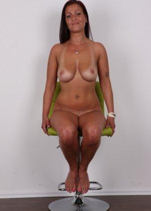 Зрелая девушка показала на кастинге шикарное загорелое тело и классные натуральные дойки - фото 13