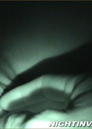 Мужик потрогал киску спящей супруги, поводил хером по ее мягким губам и кончил на животик - фото 7