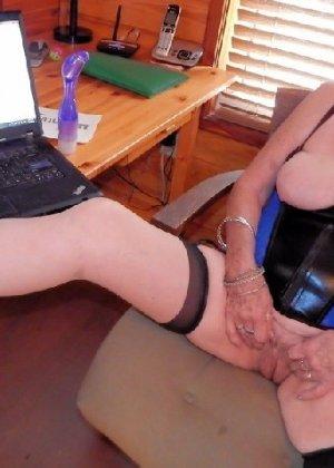 Женщина в возрасте и пышном теле очень хочет секса, поэтому пользуется разными секс-игрушками - фото 23