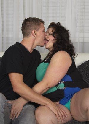 Толстая женщина оказывается в компании двух красивых молодых людей, которые проявляют интерес к ее телу - фото 8
