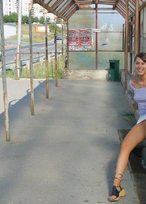 Тина обожает обнажаться на улицах города, в публичных местах, при этом шокируя прохожих своей откровенностью - фото 17
