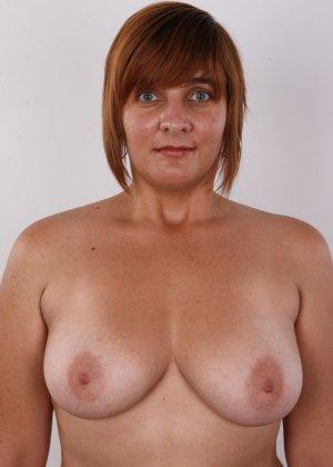 Полненькая задница зрелой телки и ее бритая киска с тонкими половыми губами - фото 6