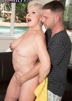Распутной пожилой женщине мало того, что парень ей намазал спину кремом, она хочет трахаться с ним - фото 5