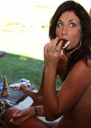Подружки отдыхают голышом и совершенно не обращают ни на кого внимания - им стесняться нечего - порно фото 61