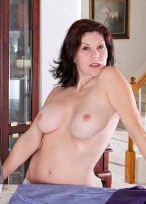 Грудастая жена с интимной стрижкой мастурбирует промежность перед камерой - фото 3
