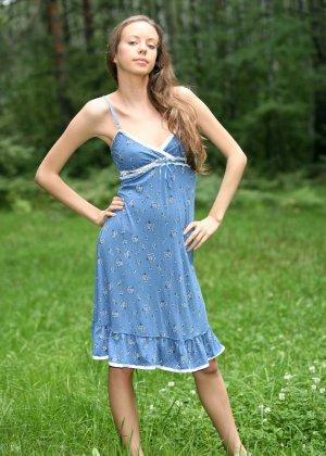 Горячая фотосессия молодой красотки, которая только дразнит собой, приподнимая платье, но не раздеваясь - фото 16