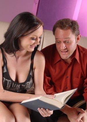 Совместное чтение редкой книги с Мелиссой Лаурен заканчивается шикарным трахом в гостинице - фото 3