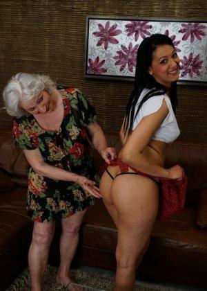 Горячая брюнетка нашла пожилую любовницу, которая просто мастерски делает куни - фото 5