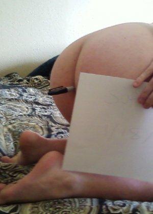 Девушки позволяют пихать в себя ручки, маркеры, клеить стикеры и писать на попе разные пошлости - фото 12