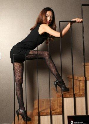 Азиатка постепенно освобождается от одежды и остается совсем обнажена, показывая стройное тело - фото 18