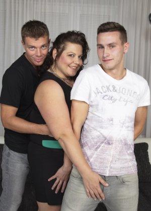 Два молодых парня старательно облизывают грудь одной пышной дамочки, но дальше прелюдия не заходит - фото 5