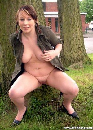 Телка не скрываясь, мочится у дерева, широко разведя ноги, чтобы получше было видно все подробности - фото 16