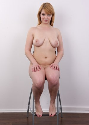 Рыжеволосая девушка оказывается не из стеснительных и показывает свое обнаженное тело - фото 14