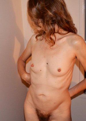 Женщина скрывает свое лицо, зато показывает наглядно, насколько маленькой бывает грудь - фото 21