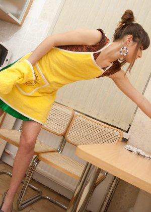 Наташа Китхен так устала готовить, что решила немного развлечься, сняв с себя всю одежду - фото 6