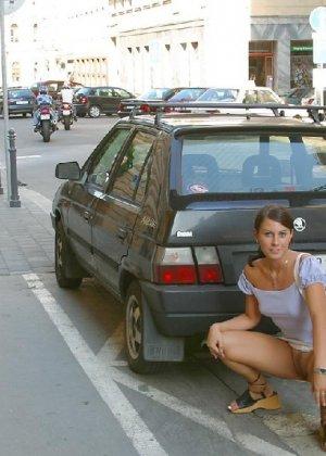 Тина обожает обнажаться на улицах города, в публичных местах, при этом шокируя прохожих своей откровенностью - фото 16