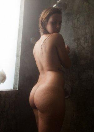 Пышногрудая мадам позирует в откровенных позах и дразнит своим телом в душевой кабине - фото 9