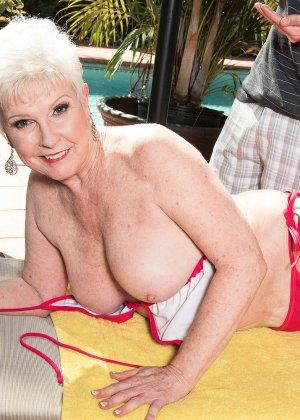 Распутной пожилой женщине мало того, что парень ей намазал спину кремом, она хочет трахаться с ним - фото 3