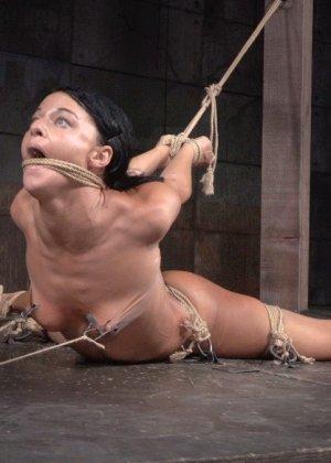 Брюнетку связывают в немыслимых позах, поэтому при виде ее хочется только одного – жестко оттрахать ее во все дырки - фото 8