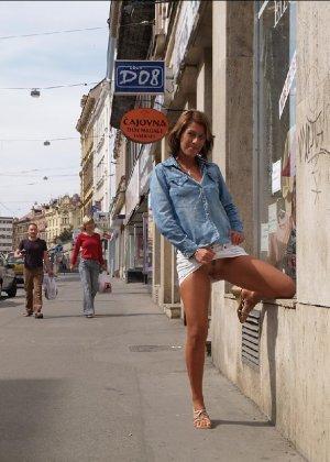 Тина обожает обнажаться на улицах города, в публичных местах, при этом шокируя прохожих своей откровенностью - фото 13
