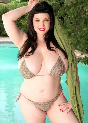 Дженна Валентина показывает свою пышную фигуру невероятных объемов, плескаясь в бассейне - фото 8
