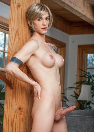 Зрелая подружилась с блондином трансом, ей всегда было интересно потискать одновременно и член и сиськи - фото 12