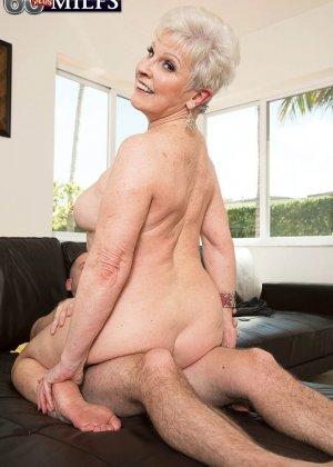 Распутной пожилой женщине мало того, что парень ей намазал спину кремом, она хочет трахаться с ним - фото 9