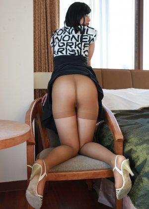 Кореянка специально для фетишистов разрывает на себе колготки и дразнит обнаженными частями тела - фото 6