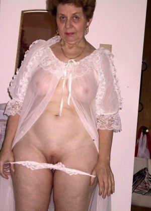 Пожилая женщина имеет еще приличные буфера и бритую киску, готовую к траху в любой момент - фото 4