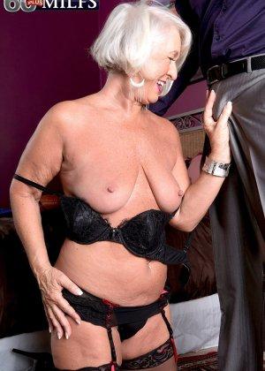 Любовник снимает синее платье красотки Дженни Лоу и радует ее дырочки своим толстым хуем - фото 4