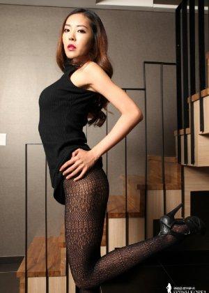 Азиатка постепенно освобождается от одежды и остается совсем обнажена, показывая стройное тело - фото 25