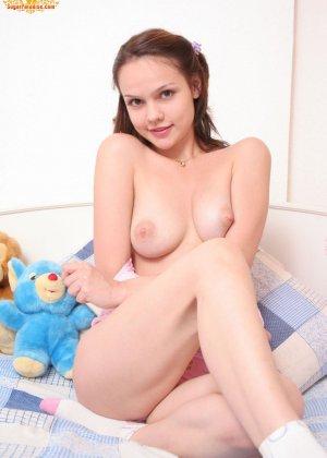 Красивая девушка все еще спит с мягкими игрушками, хотя наверняка, под подушкой к нее имеются и другие - фото 5