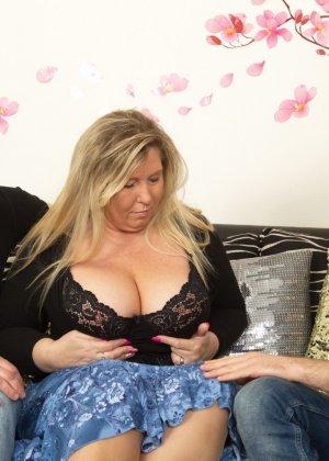 Зрелая женщина очень радуется вниманию двух молодых людей и показывает им свою огромную грудь - фото 8
