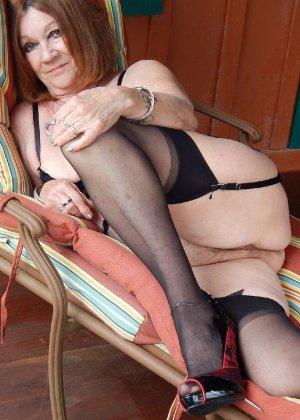 Женщина в возрасте и пышном теле очень хочет секса, поэтому пользуется разными секс-игрушками - фото 5