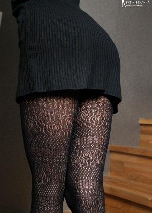 Азиатка постепенно освобождается от одежды и остается совсем обнажена, показывая стройное тело - фото 11