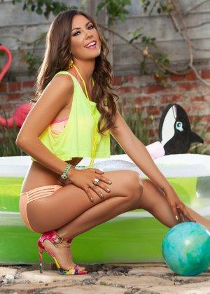 Гиа Рамей играет с мячом в надувном бассейне, раздевается и садится верхом на матрац - фото 3