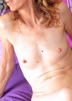 Женщина скрывает свое лицо, зато показывает наглядно, насколько маленькой бывает грудь - фото 17