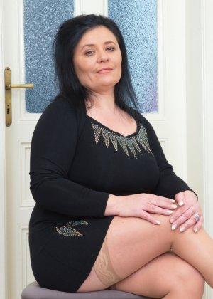 Пышная дамочка в возрасте показывает свое тело, чтобы доказать - она еще неплохо выглядит - фото 3