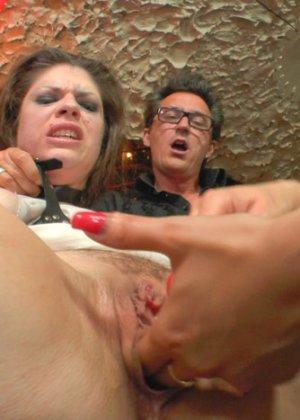 Униженной Лизе вставили два ствола в дырки - фото 14
