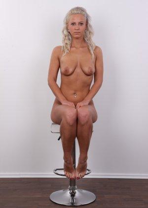 На чешском кастинге сексуальная телка снимает с себя все лишнее и остается обнажена - фото 16