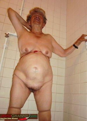 Пожилая Омма Пасс позирует обнаженной в душе - фото 3