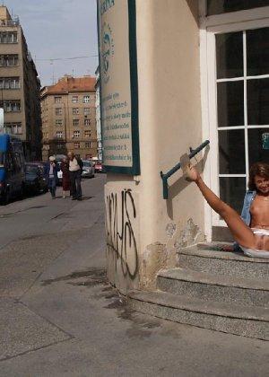 Тина обожает обнажаться на улицах города, в публичных местах, при этом шокируя прохожих своей откровенностью - фото 10