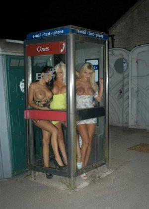 Две шикарные блондинки и одна брюнетка обожают весело проводить время и фоткать друг друга в обнаженном виде - фото 3
